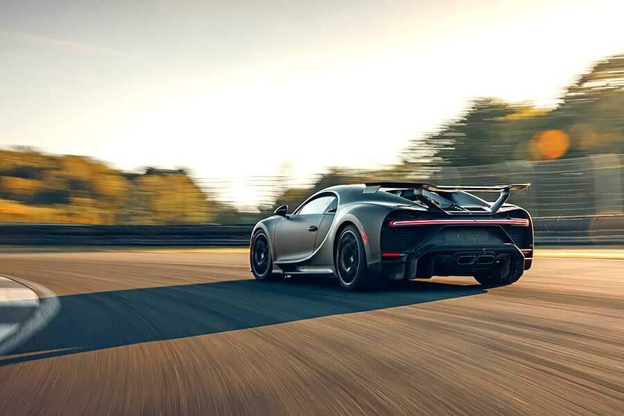在家悶了許久,最好的解悶方式就是開著Bugatti Chiron Pur Sport使盡全力衝一回。