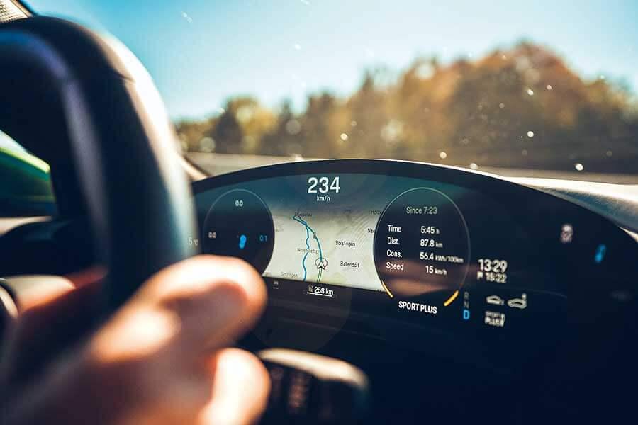 Tesla為快到荒唐的電動車鋪平了路,但保時捷自認能夠為這種荒唐速度注入一些上乘操控功夫。歡迎歡迎,歡迎大家觀看EV爭霸戰。