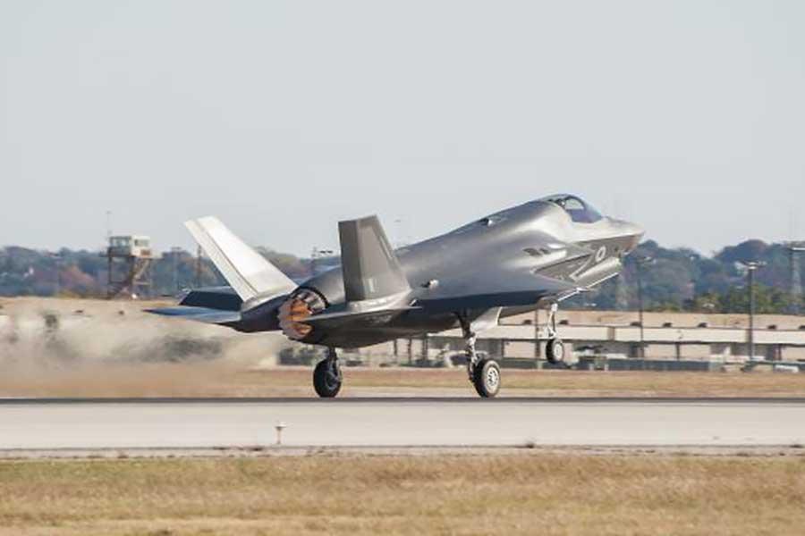 電視節目上的F-35在賽道力壓Speedtail,不過移師至生產線上較量的話又會鹿死誰手呢?